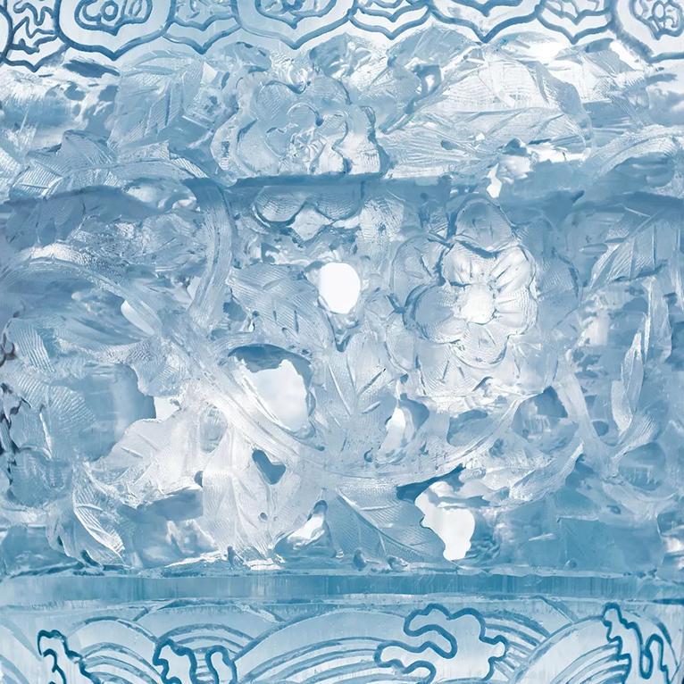 零下十几度的极寒低温里,央视《原来如此》栏目组至哈尔滨冰雪大世界拍摄,为大家揭秘,精美的冰雕是如何诞生的。 节目中数次出现的哈尔滨冰雪大世界美轮美奂的冰雕作品~    《原来如此》 《原来如此》是中央电视台科教频道(CCTV10)一档以实验体验为特征的科普栏目。针对生活中人们熟视无睹或似是而非的科学疑点和困惑,通过科学实验、实际验证等方式,给出科学、正确、权威的解答,最终给人以原来如此、豁然开朗式的顿悟,进而普及科学知识,提高科学素养,倡导科学生活。 节目中为大家详细介绍了一座冰雕从选材到制作到修复的一